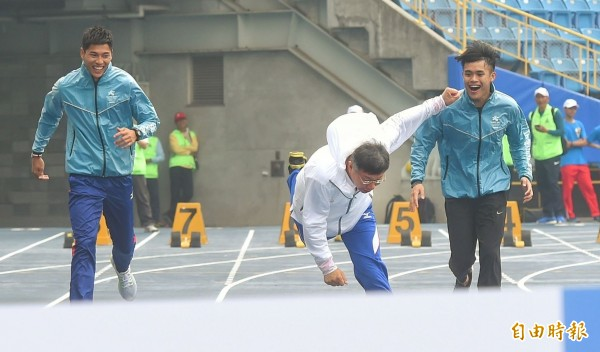 跨欄國手楊尉廷(右1)澄清,事前被要求陪跑時要面帶微笑,不是取笑柯市長。(記者方賓照攝)