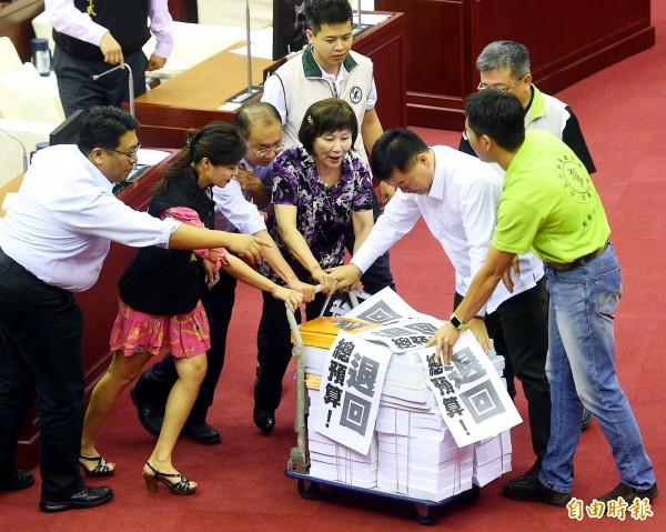 台北市長柯文哲15日前往議會作施政報告,國民黨議員抗議並退回報告書。(記者方賓照攝)