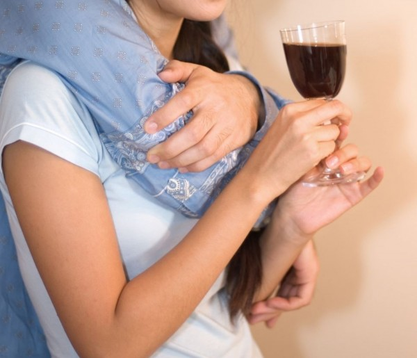 林姓男大學生與同學徹夜喝酒作樂,伺機性侵害醉酒的女同學小芳2次。(情境照)