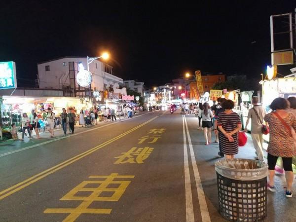 有網友在墾丁大街發現,熱門的週五晚間,大街上卻人潮稀少。(圖翻攝自臉書)