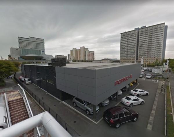 燕子颱風肆虐,神戶一間法拉利專賣店有51輛超跑全都泡湯。(圖擷取自Google Map)