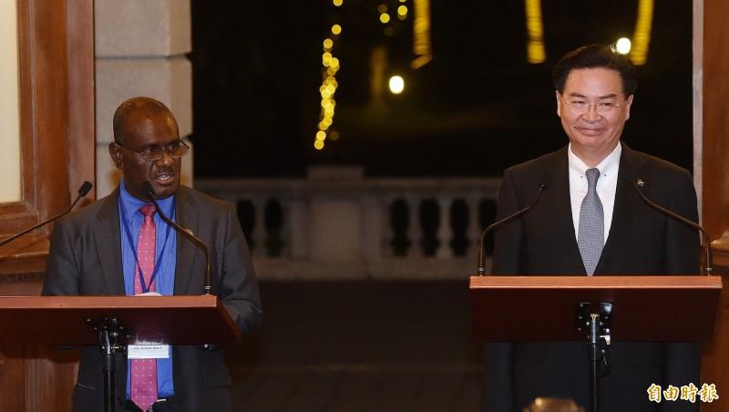 外交部長吳釗燮(右)與索羅門群島外交部長馬內列(Jeremiah Manele)(左)9日晚間共同召開記者會,說明兩國關係緊密友好,無奈最後索羅門還是抵擋不住中國金錢利誘,決定投向中國懷抱,我國在16日宣布與索國斷交。(資料照)