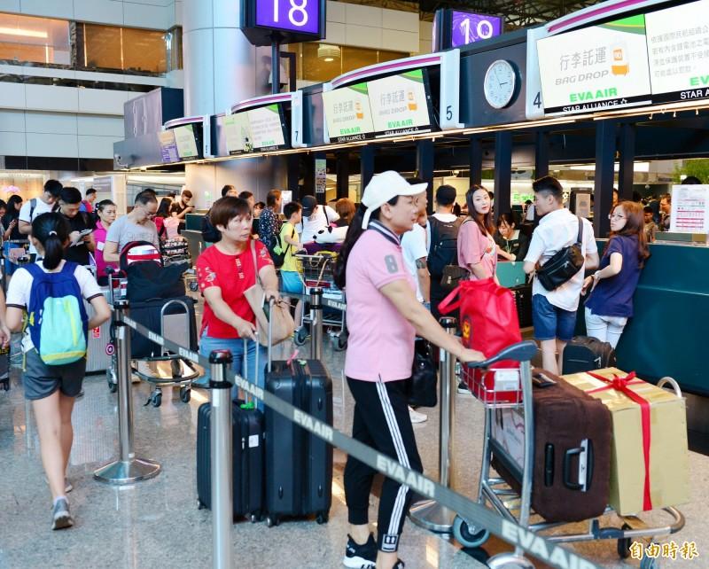 桃園空服員職業工會宣布下午4點開始罷工,4點前桃園機場長榮航空報到櫃台運作正常。(記者朱沛雄攝)