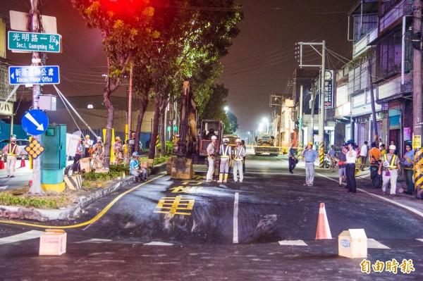 高雄市大寮區鳳林路與新厝路口,發生地層下陷,工作人員已在現場拉起封鎖線。(記者張忠義攝)