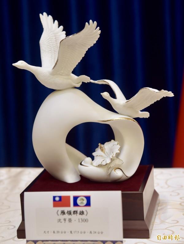 總統府將送給貝里斯總理巴洛(Dean Barrow)精瓷作品「雁領群雄」。(記者黃耀徵攝)