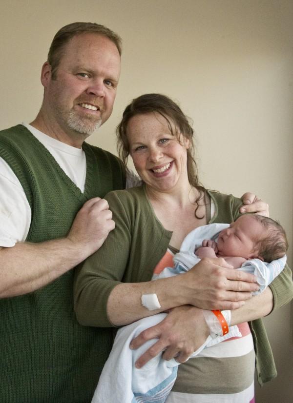 上星期施瓦特一家迎接家中的第13個兒子。(美聯社資料照)