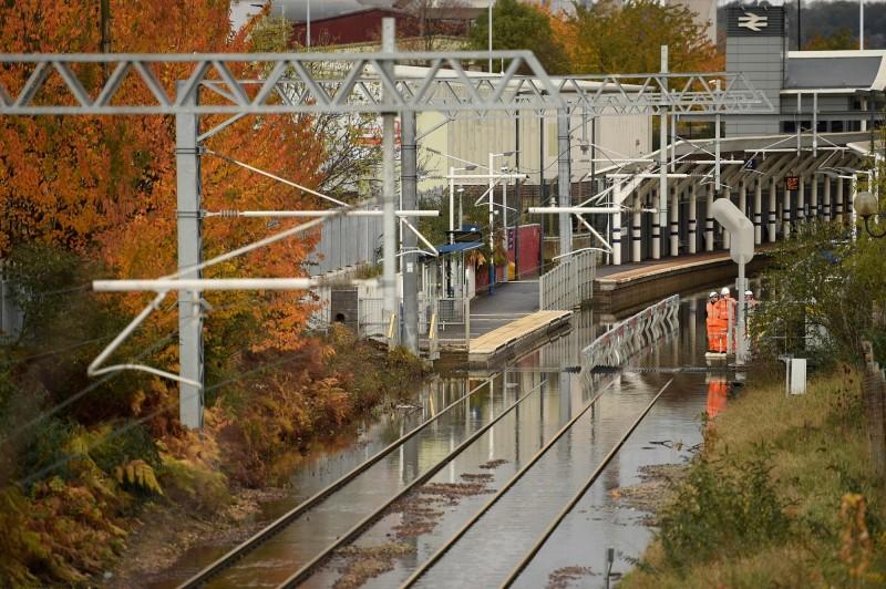 英國英格蘭中部近日發生洪災,道路全被淹沒。(法新社)