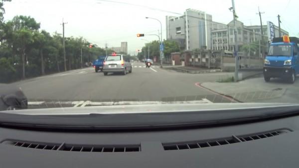 男子提早停車等紅燈,卻一邊念出跨越雙白線超車的車輛車號。(圖擷取自c.c.0110影片)