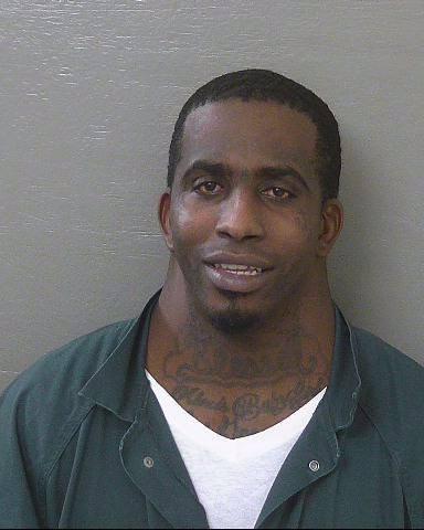 毒販麥克道爾的照片被警方張貼在臉書上,沒想到網友只注意到他脖子超級粗,外型神似卡通海綿寶寶裡的派大星。(圖擷取自臉書)