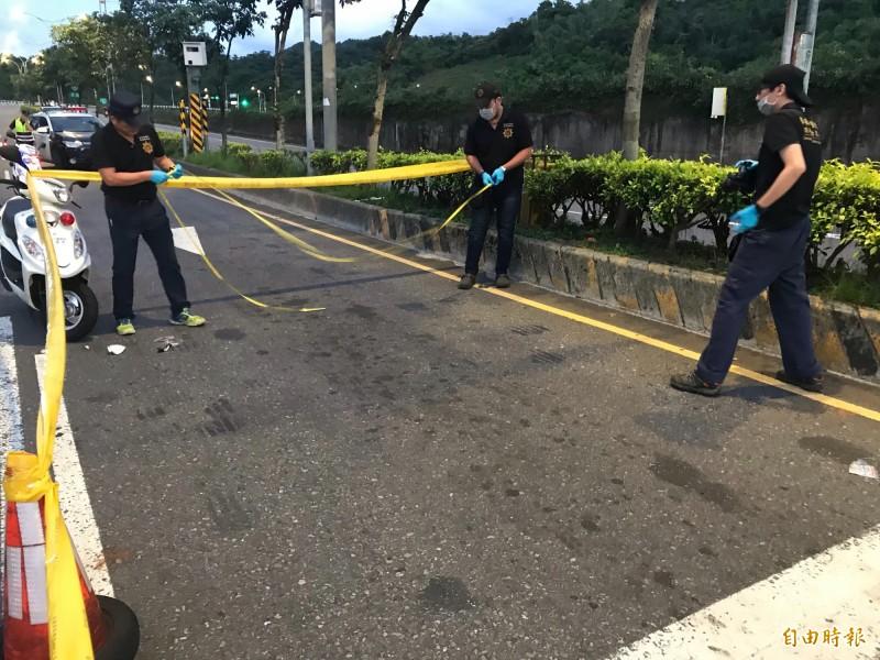 警方封鎖現場調查車禍原因。(記者吳昇儒攝)