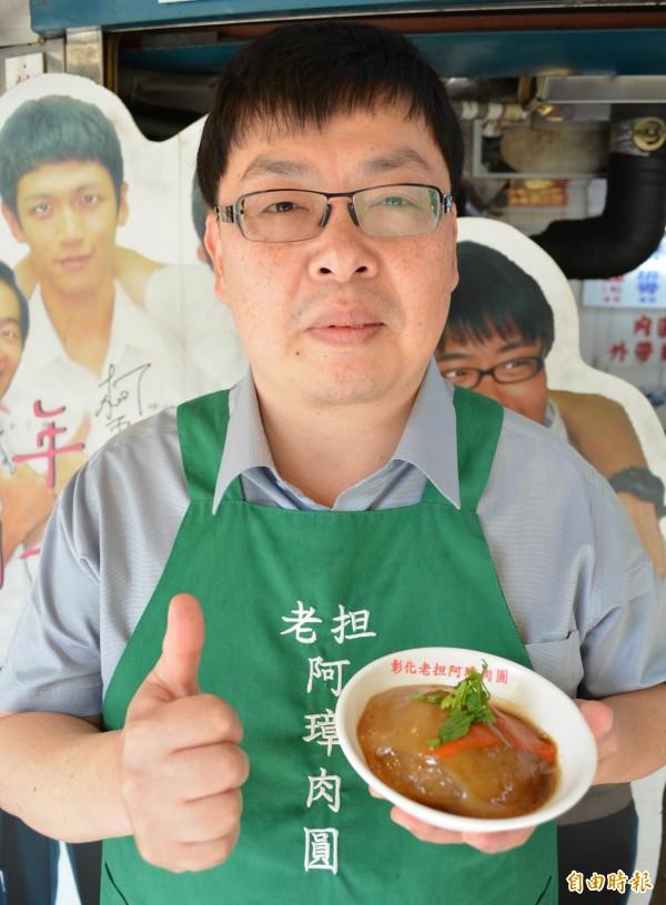 阿璋肉圓第2代老闆施明裕對於肉圓粉料、肉餡、醬料都堅持傳統,讓阿璋歷久不衰。(記者湯世名攝)