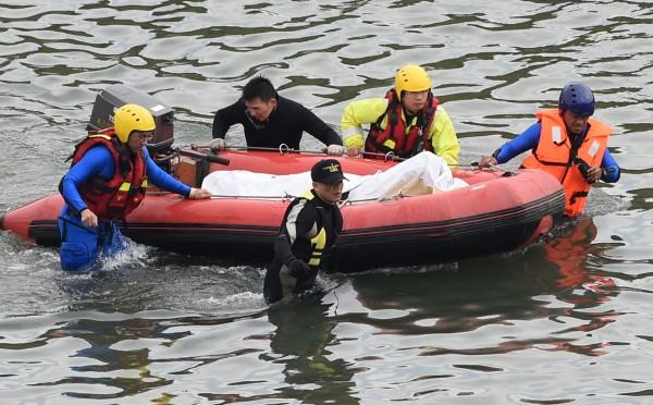 救難人員趙家勇上午9點40左右搜尋到一具女性罹難者遺體。(記者王敏為攝影)