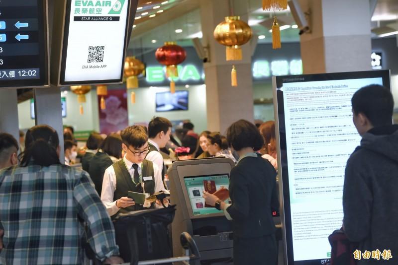 長榮航空官網13日宣布,自3月5日起,旅客搭乘經濟艙預選座位須加收費用。(記者方賓照攝)