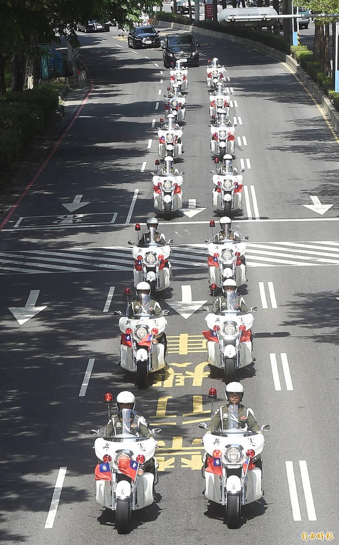 追思告別禮拜結束,移靈車隊由憲兵機車開道返回翠山莊。(記者簡榮豐攝)