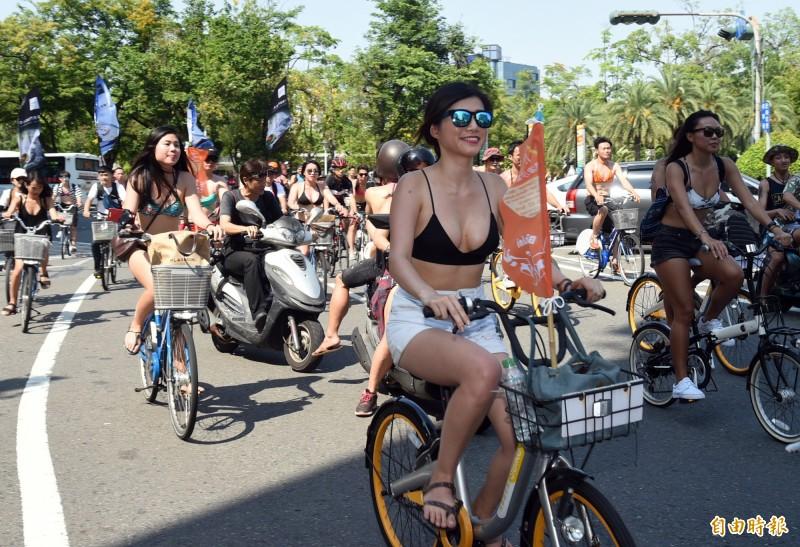 在去年的「旗津沙灘音樂節」上,主辦單位號召民眾參加比基尼自行車遊行,一路騎到活動現場。(資料照)