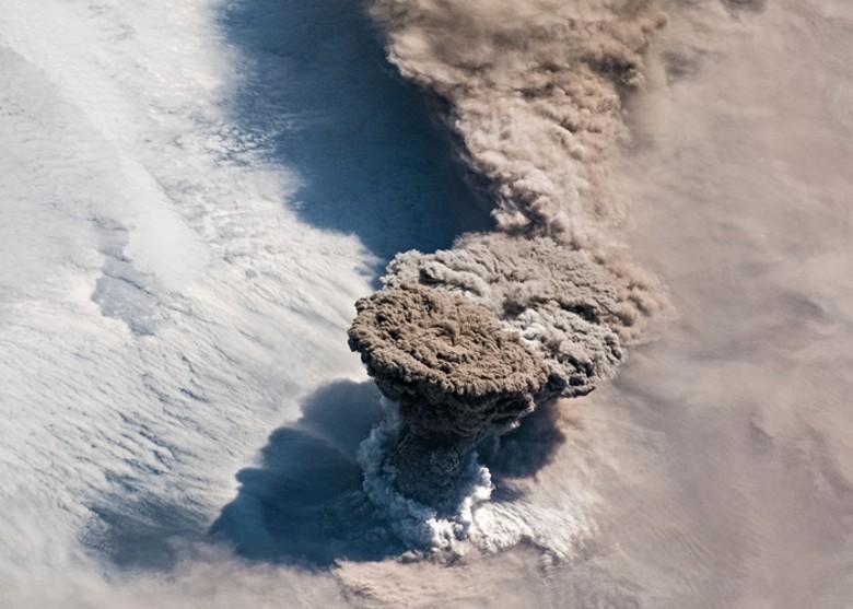 日本北方的千島群島今年6月發生劇烈火山噴發,大量火山灰衝上1萬3千公尺高空,從氣象衛星上都可觀測到壯觀的擴散狀況。(擷取自NASA)