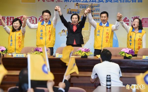 民國黨18日舉行第2波立委提名記者會,黨主席徐欣瑩(中)帶領4位立委參選人王靜亞(左起)、陳宏瑞(左2)、張誠(右2)、鄧秀寶(右)高喊勝選口號。(記者廖振輝攝)