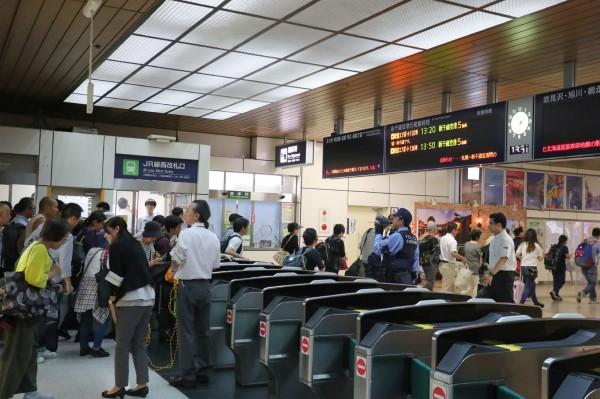 日本JR北海道鐵道昨天恢復連接機場的列車後,今天凌晨也恢復了連接札幌和札幌郊區的路線。(法新社)