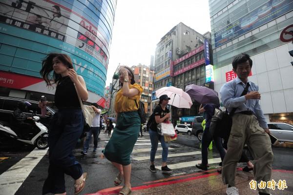 颱風瑪莉亞襲台,風雨將逐漸加大。(記者王藝菘攝)