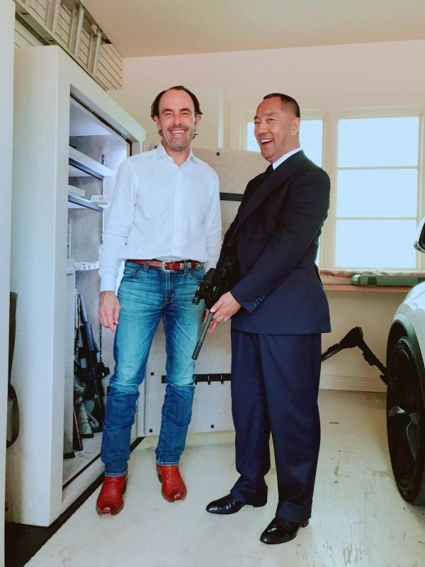 郭文貴(右)近日接受海曼資本創始人巴斯(左)專訪時爆料,范冰冰被王岐山威脅封口,要求不得談「以前」的事。(擷自郭媒體網站)