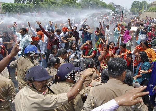 印度北方邦政府面對示威群眾不留情面,直接用優勢警力和水炮驅散人群。(路透)