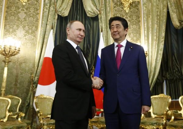 日本首相安倍晉三(右)在去年4月28日訪俄時,於克里姆林宮與俄羅斯總統普廷(左)進行會談。(歐新社)