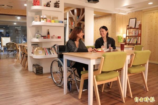 「有心咖啡」店內特別規劃寬敞的走道,好讓輪椅族或推著娃娃車的父母在走動時,不用擔心撞到他人的桌椅。也因此讓不少行動不便的被照顧者卸下緊張與壓力,與照顧者在此共度難得的優閒時光。(記者陳宇睿攝)