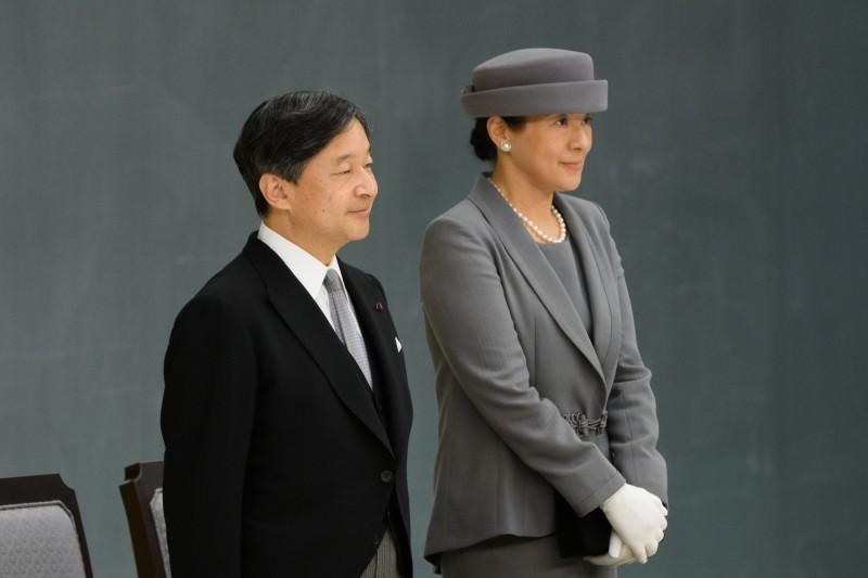 今年5月繼位的日本德仁天皇,因膝下僅育有一女兒,讓女性能否繼承皇位的議題再度浮上檯面,有日媒指出,日本政府有意在秋天舉行完德仁即位儀式後開始討論。(彭博)