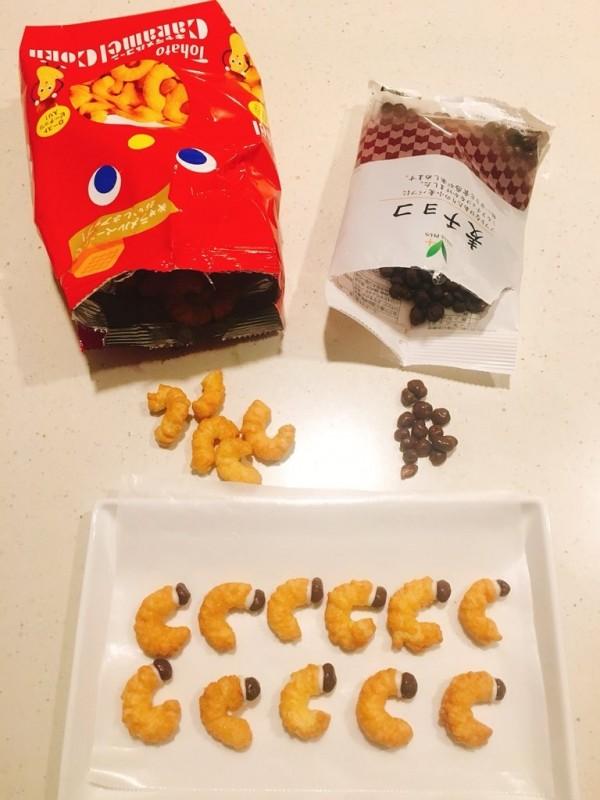 「蛆義理巧克力」使用彎曲和球形零食製作。(圖取自推特)
