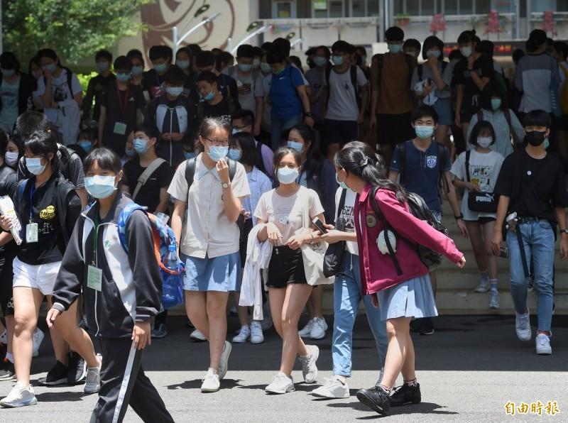 今年因武漢肺炎(新型冠狀病毒病,COVID-19)疫情,國中教育會考新增戴口罩規定,違規者該科不計分。(資料照)