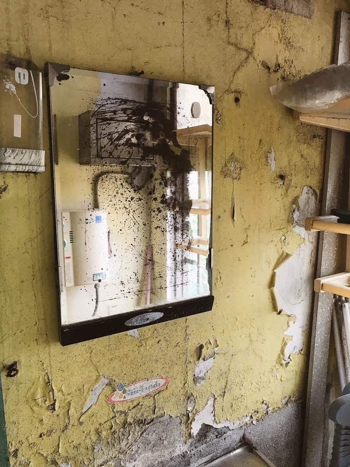 台鐵富岡站宿舍休息室內部破敗不堪,宛如廢墟。(擷取自台灣鐵路產業工會粉絲專頁)