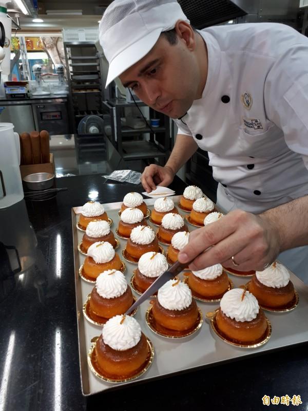 為了跟台灣人交流道地的法式口味,糕點的配方及做法盡量遵照法國傳統。圖為這個月限定的甜點「巴巴吽」,是一道法國鄉村到處可見的點心,將質地蓬鬆的海綿蛋糕浸泡在香醇的蘭姆酒中,氣孔儲存濃厚酒香,是主廚Loïs懷念的家鄉味道。(記者蕭皓文攝)