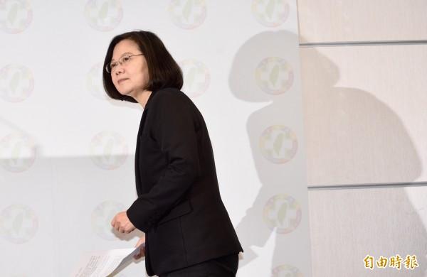 兼任民進黨主席的總統蔡英文24日晚間召開記者會,宣布辭去黨主席一職,並向民進黨的支持者致歉。(資料照)