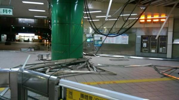 被吹垮的天花板,全都砸落在站內地板上。(圖擷自台北捷運臉書)