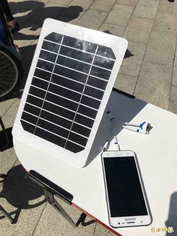 『太陽能行動咖啡車』提供簡易太陽能充電座,顧客可以一邊享受美味咖啡幫自己充電,順便幫手機充電。(記者陳炳宏攝)