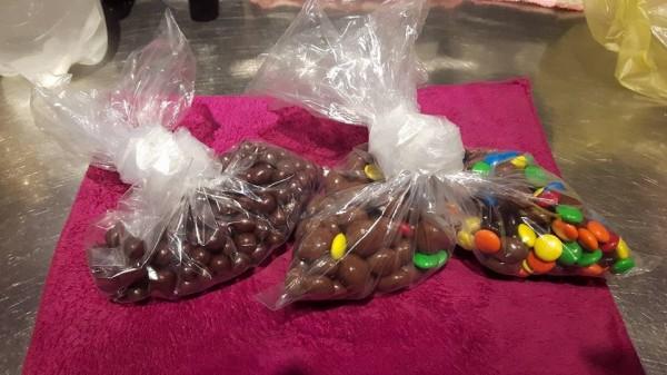 網友買的巧克力,抱怨價錢不合理。(圖取自爆廢公社臉書)
