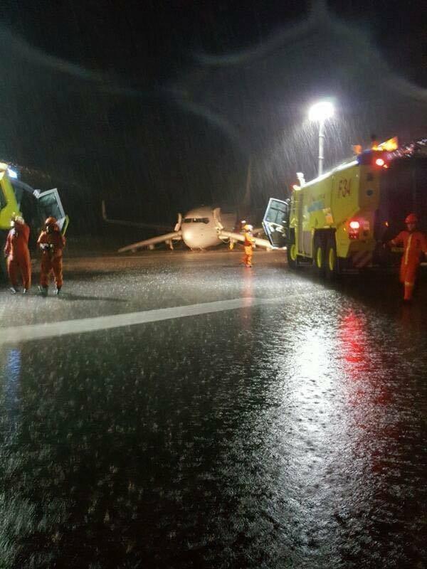 MH2718落地後,救難人員立即趕抵現場。(圖擷自JBTALKS臉書)