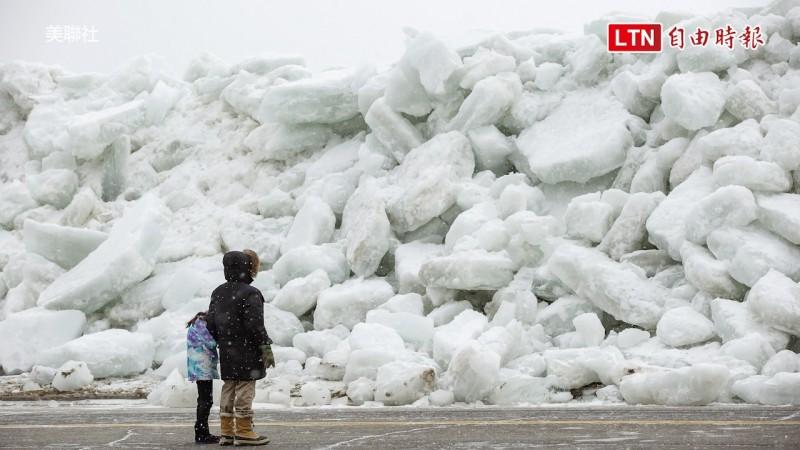 美加邊境的尼亞加拉河岸邊形成難得一見的冰牆。(美聯社)