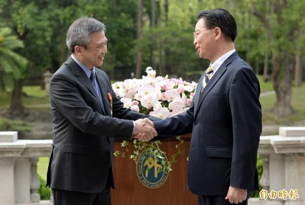 外交部長吳釗燮(右)頒贈AIT處長梅健華「特種外交獎章」,感謝他對台美關係的卓越貢獻。(記者林正堃攝)