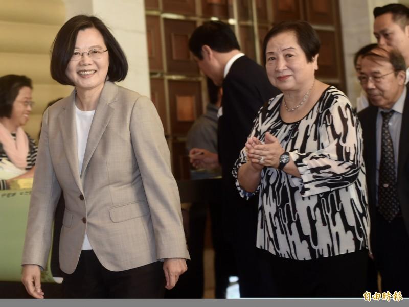 總統蔡英文(左)30日出席「台灣關係法40周年暨台灣旅行法周年」慶祝餐會致詞,立法院長蘇嘉全(後)台灣人公共事務會(FAPA)會長郭正光(右)等陪同。(記者簡榮豐攝)