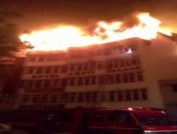 新德里的阿皮特宮殿飯店今晨發生大火,至少17人不幸罹難,還有多人重傷。(圖擷自Twitter)