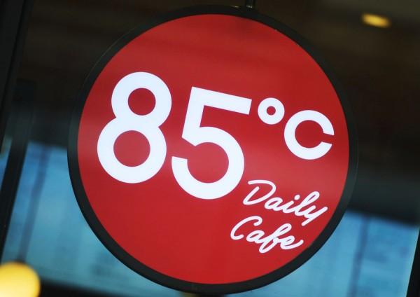 《美國之音》報導,蔡英文買咖啡的舉動讓85度C蒸發1.2億美元的市值。(法新社)