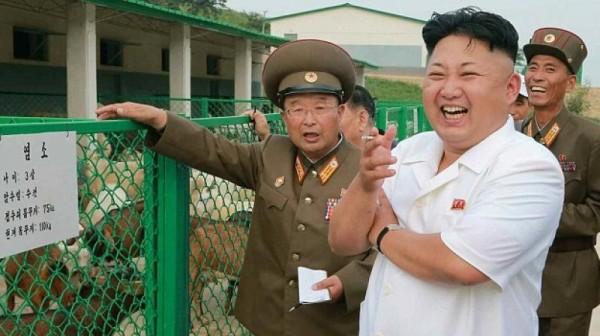 專家指出,在安理會擴大制裁的同時,北韓能鑽的漏洞也正在擴大。圖為北韓領袖金正恩(穿白衣者)。(資料圖 美聯社)