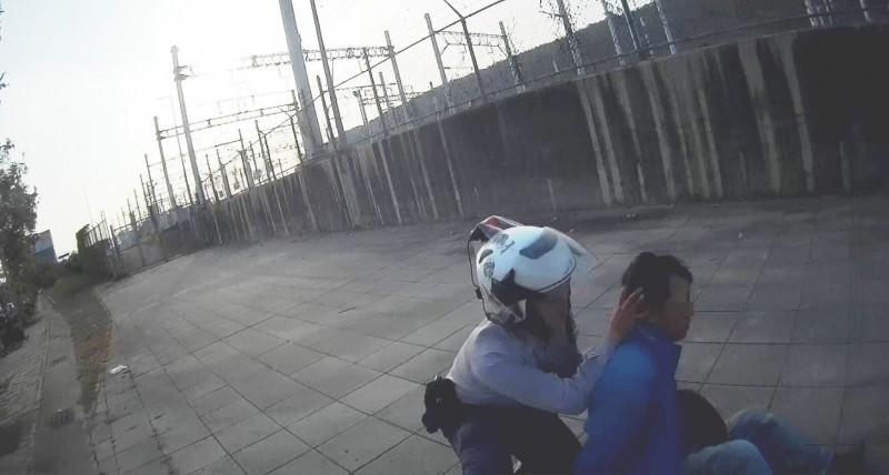警方壓制逃逸移工。(記者洪臣宏翻攝)