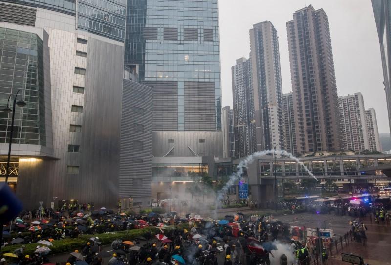 香港825荃灣遊行再爆警民流血衝突,警方出動火砲車、催淚彈清場。(彭博)