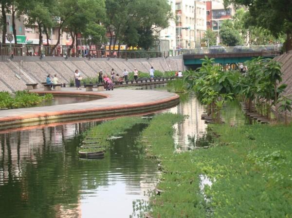 新北市中港大排一百年整治完成後,為城市增加親水空間,被環保署認定是國內都會型河川整治的一個模範。(環保署提供)