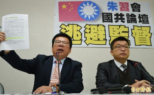 民進黨立委蔡其昌(右)與李俊邑(左)抨擊國民黨主席朱立倫利用國共論壇進行「朱習會」是為逃避監督。(記者張嘉明攝)