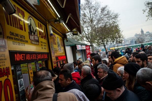 土耳其人每年跨年都會湧入彩券行買樂透,是土耳其特殊的新年傳統。(法新社)