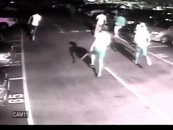 20多名黑衣人在二殯停車場開槍後,跑步逃逸。(記者姚岳宏翻攝)