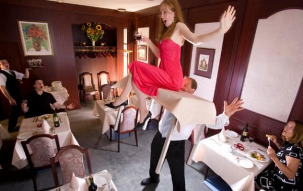 盧森堡男子喬治可用牙齒抬起12公斤重的桌子,上面坐有一名重50公斤的人,再步行11.8公尺。(圖擷取自英國《都市報》)